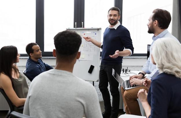 Commercieel team die hun ideeën bespreken terwijl het werken in bureau Gratis Foto