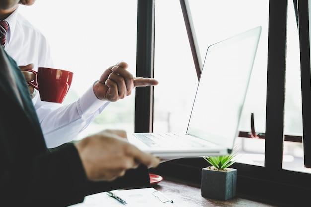 Commercieel team die inkomensgrafieken en grafieken met moderne laptop computer analyseren. Gratis Foto