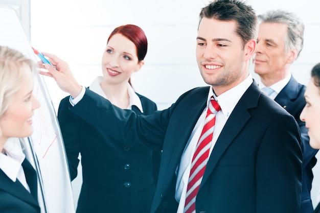 Commercieel team met leider in bureaupresentatie Premium Foto