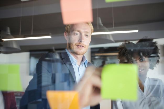 Commercieel team op een vergadering Premium Foto