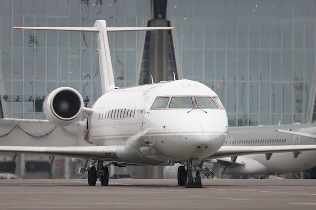 Commercieel vliegtuig klaar om op te stijgen Premium Foto