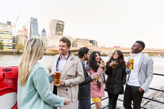 Commerciële groep bier drinken na het werk in londen Premium Foto