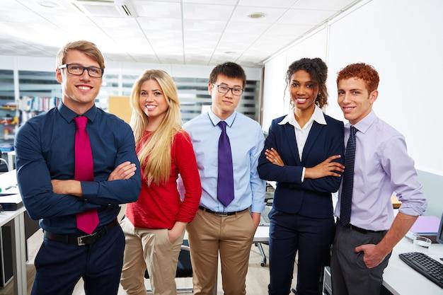 Commerciële teamjongeren die multi etnisch bevinden zich Premium Foto