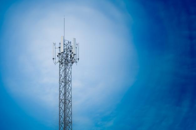 Communicatie de repeatertoren van de torenantenne op blauwe hemel Premium Foto