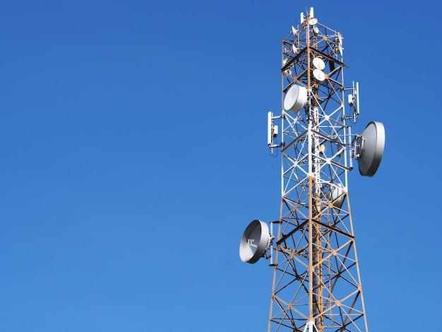 Communicatie toren met achtergrond van de zonsondergang de blauwe hemel Premium Foto