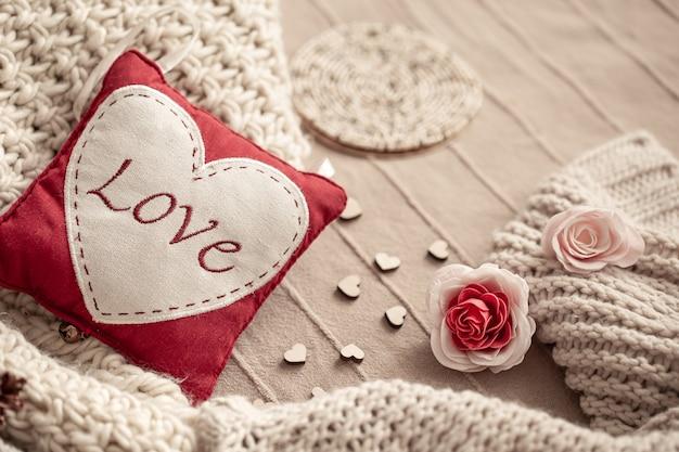 Compositie met de inscriptie liefde op de details van het decor. valentijnsdag concept vakantie. Gratis Foto