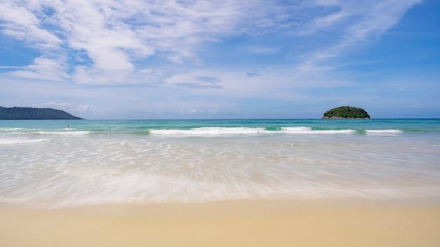 Composities van landschap tropische zee prachtig zandstrand natuur voor achtergrond en zomerontwerp. Premium Foto