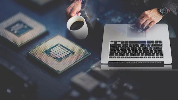 Computerprogrammeur met behulp van een laptop Gratis Foto