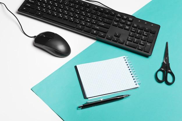 Computertoetsenbord en muis, kantoor interieur Premium Foto