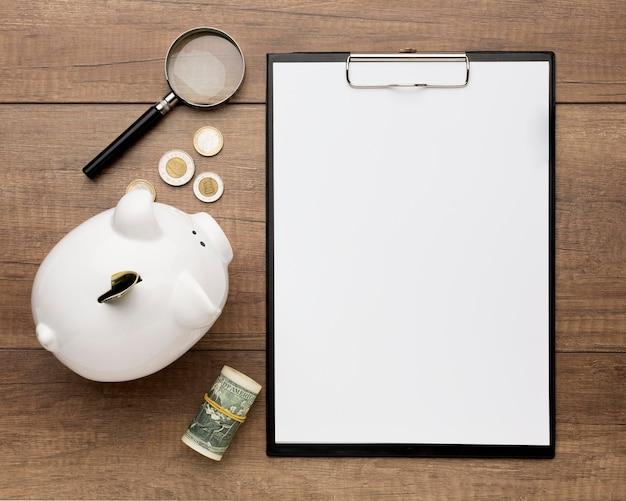 Concept economie met het exemplaarruimte van het spaarvarken Premium Foto