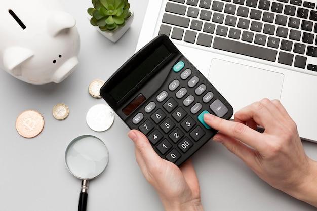 Concept economie met spaarvarken en calculator Gratis Foto