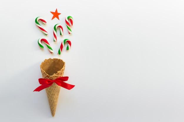 Concept eenvoudige kerst winter wenskaart met zoete lekkernijen Premium Foto