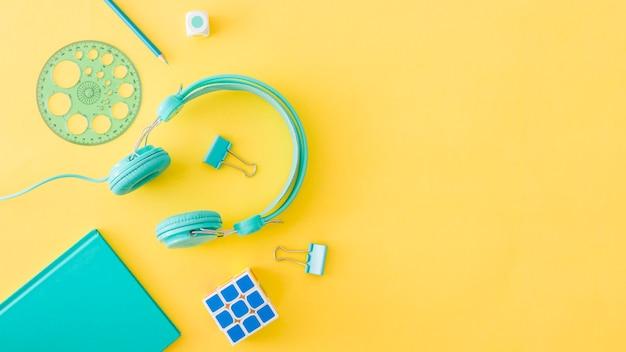 Concept gekleurde apparaten en schoolapparatuur Gratis Foto