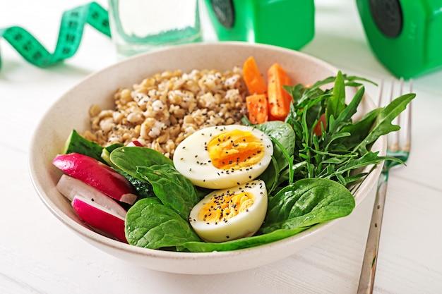 Concept gezond eten en sport levensstijl. vegetarische lunch. gezond ontbijt. goede voeding. Gratis Foto