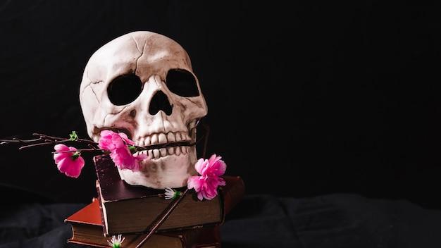 Concept met schedel en bloemen Gratis Foto