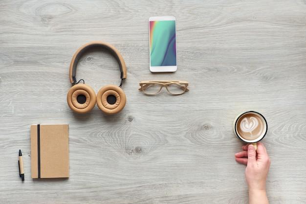 Concept plat met moderne kantoorbenodigdheden van milieuvriendelijke duurzame materialen zonder plastic voor eenmalig gebruik om afval te verminderen en een duurzame levensstijl te organiseren. Premium Foto