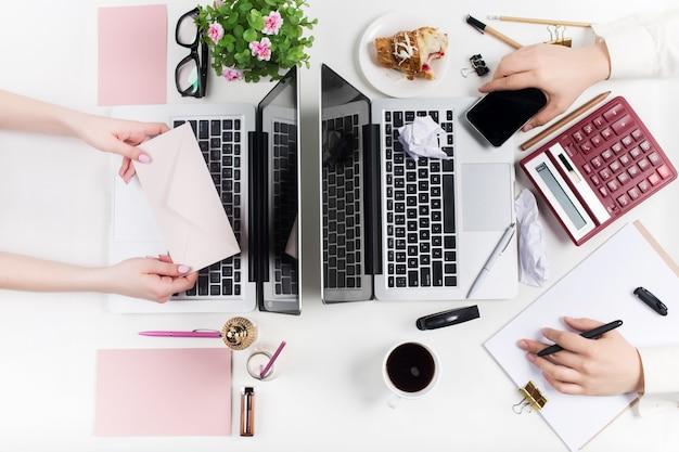Concept van comfortabele mannelijke en vrouwelijke werkplekken. gadgets op het witte bureau Gratis Foto