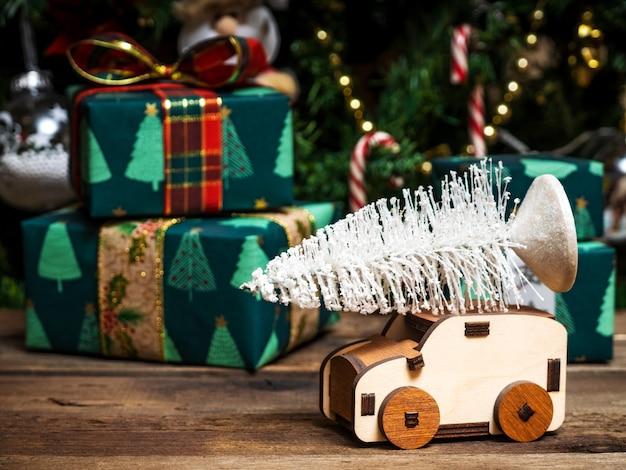 Concept van de bezorgservice voor de kerstboom Premium Foto