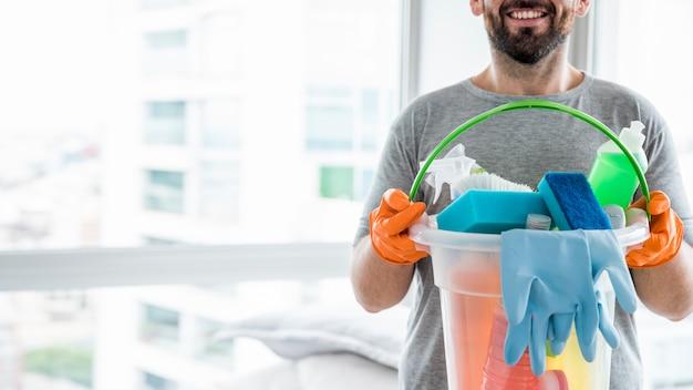 Concept van de mens zijn huis schoonmaken Gratis Foto