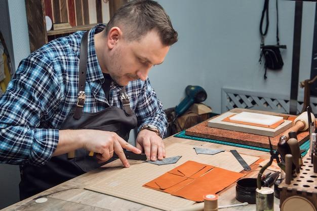 Concept van handgemaakte ambachtelijke productie van lederwaren. Premium Foto