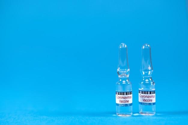 Concept van het bestrijden van sars-ncov, het vaccineren van mensen tegen het covid19-virus. uitvindingsvaccin vanaf 2019 Premium Foto