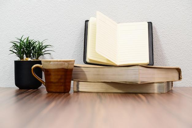Concept van het lezen van liefdeboek Premium Foto
