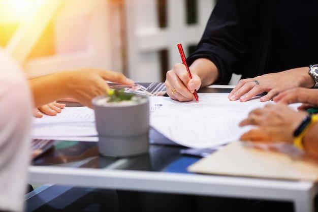 Concept van het ondertekenen van contractdocument Premium Foto
