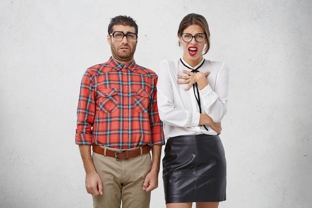 Concept van ongenoegen, afkeer en walging. portret van man en vrouw hebben een preuts, walgelijk uiterlijk Gratis Foto