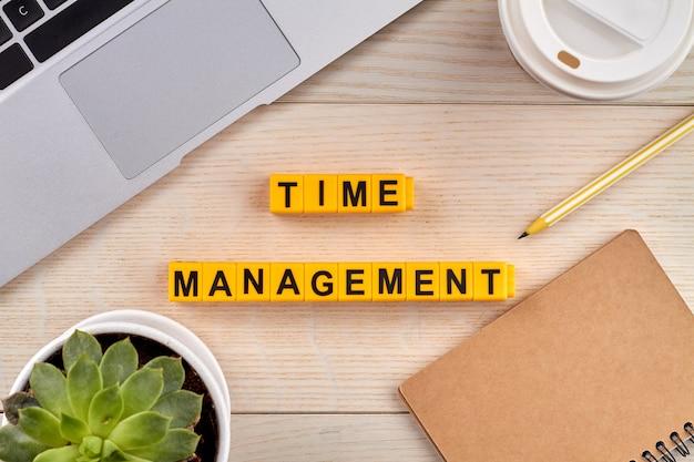 Concept van tijdbeheer. taken plannen en prioriteiten stellen voor productiviteit. desktop met hulpmiddelen voor werk op de achtergrond. Premium Foto