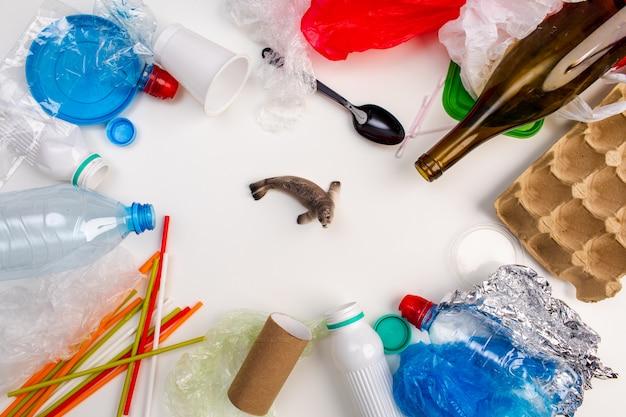Concept van wereldmilieudag. iemands hand houdt de blauwe vinvis in een plastic zak. Premium Foto