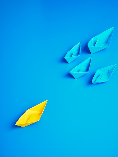 Concept zakelijke schip boot blauwe achtergrond Premium Foto