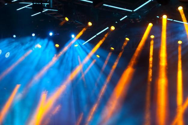 Concert lichten menigte voor heldere podium levendige kleuren met copyspace Premium Foto