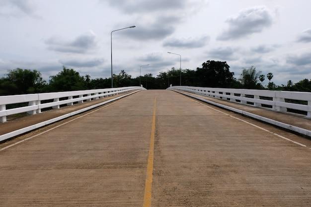 Concrete brug en blauwe hemel Premium Foto