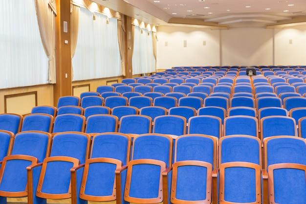 Conferentiezaal met blauwe stoelen Premium Foto