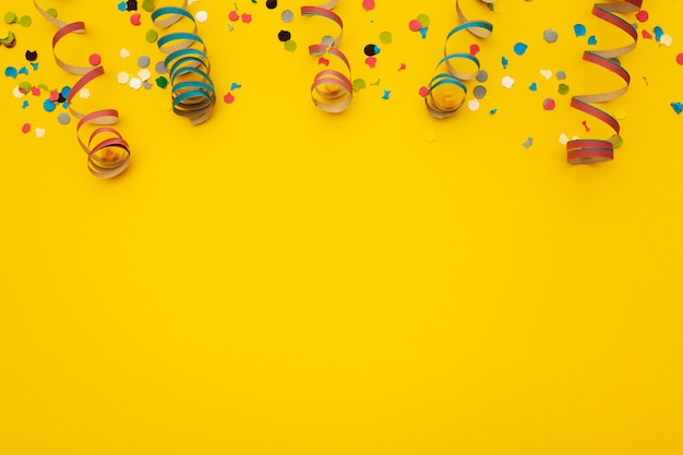 Confetti op geel Gratis Foto