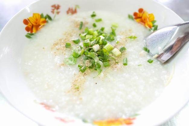 Congee van varkensvlees, rijstpap, thais eten, aziatisch eten Premium Foto