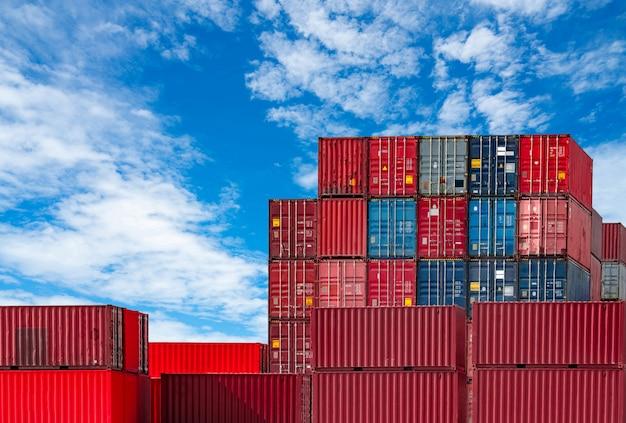Container logistiek. vracht- en expeditiebedrijf. containerschip voor import en export logistiek. container vrachtstation. logistieke industrie van haven tot haven. Premium Foto