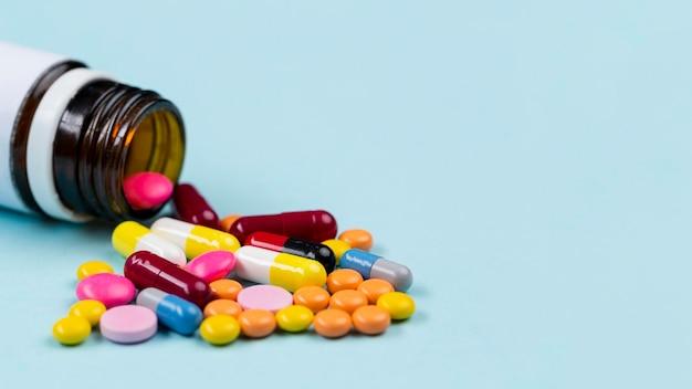 Container met pillen op tafel Premium Foto