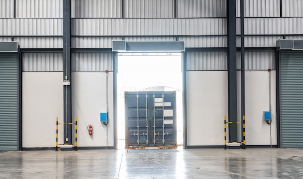 Containerdoos op vrachtwagen bij het verschepen van de ladingsdok de industriemagazijn Premium Foto