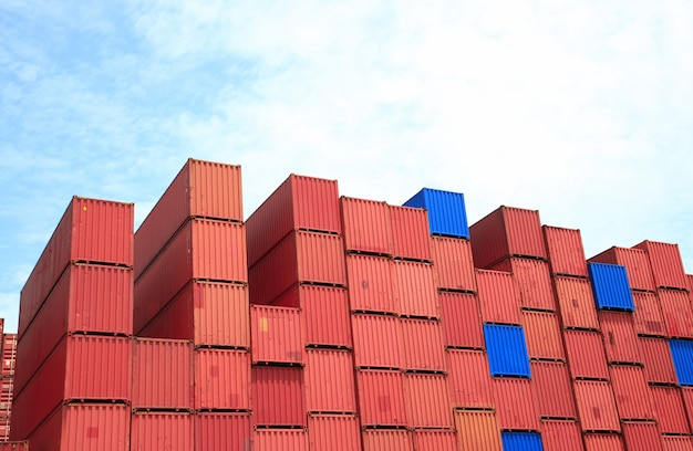 Containerdoosstapel bij werf. Premium Foto