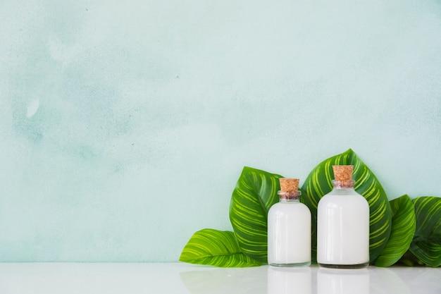 Containers met producten op tafel met kopie ruimte Gratis Foto
