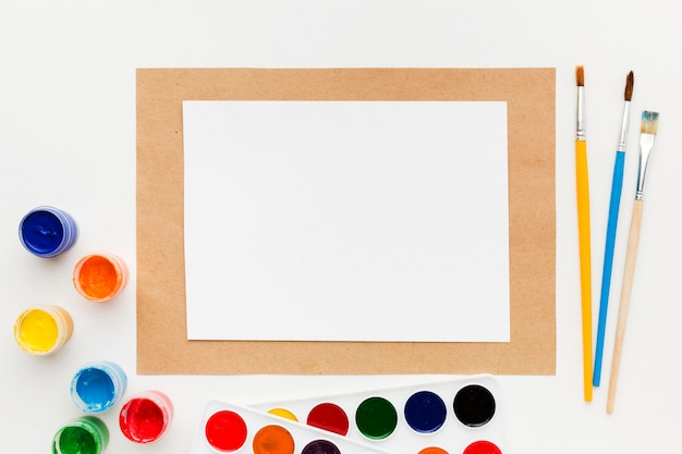 Containers van papier en aquarelverf Gratis Foto