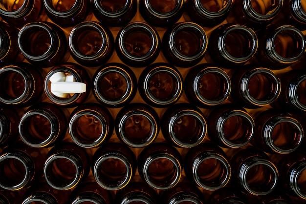 Containers voor lege medicijnen behalve één vol pillen Premium Foto