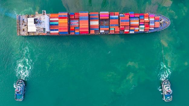 Containerschip dat bij industriële haven werkt. Premium Foto