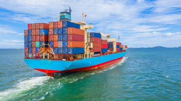 Containerschip dat de industriële haven verlaat. Premium Foto