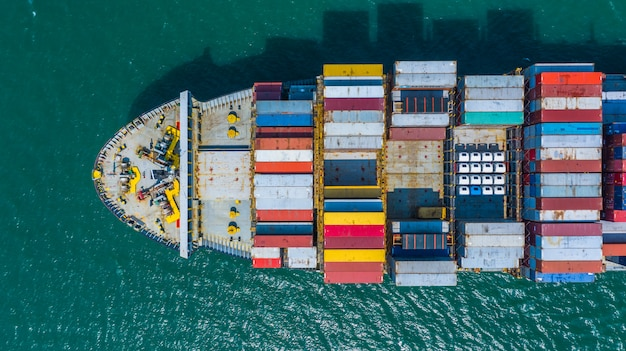 Containerschip die in haven, containerschip aankomen die naar diepzeehaven, logistische bedrijfsimport exporteren verschepend en vervoer, luchtmening gaan. Premium Foto