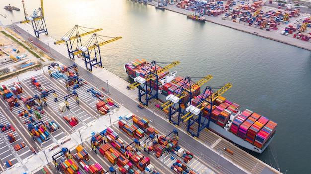 Containerschip laden en lossen in diepzeehaven Premium Foto