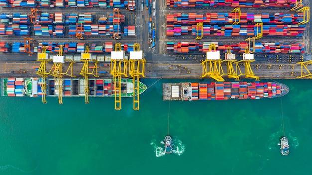 Containerschip werkzaam in industriële haven, logistieke import en export van bedrijven en transport van international Premium Foto