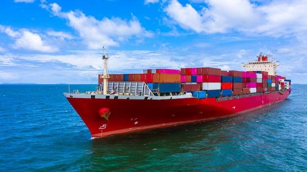 Containervrachtschip met container voor import en export van bedrijfsgoederen. Premium Foto