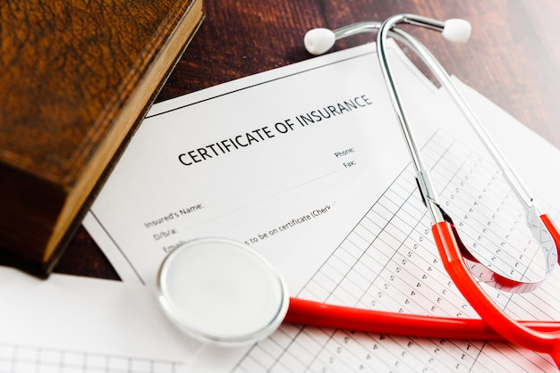 Contract en certificaat van ziektekostenverzekering met onrechtmatige clausules voor de rechter gebracht in een rechtszaak. Premium Foto